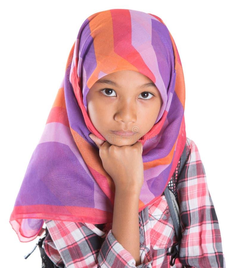 Ung flicka med sjalett och ryggsäck V arkivbilder