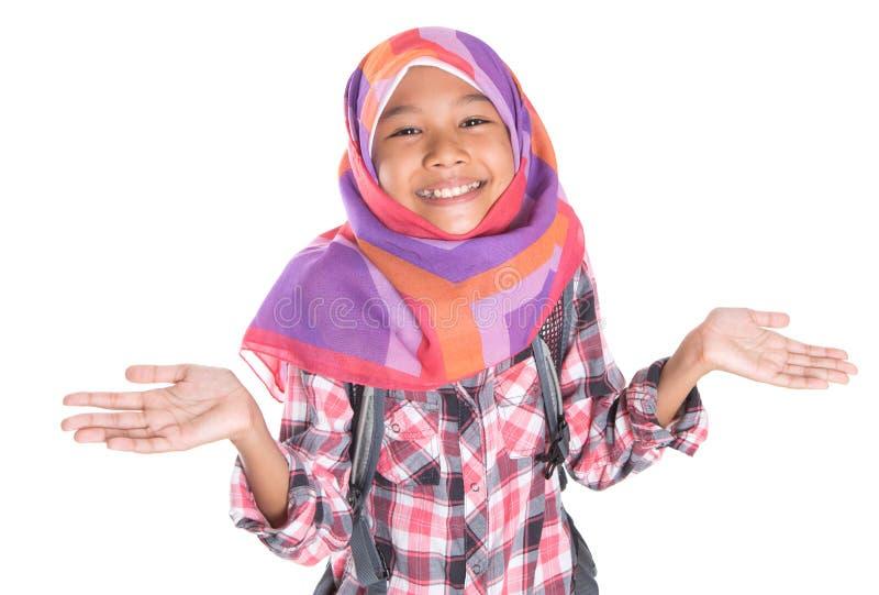 Ung flicka med sjalett- och ryggsäckdropp royaltyfria bilder