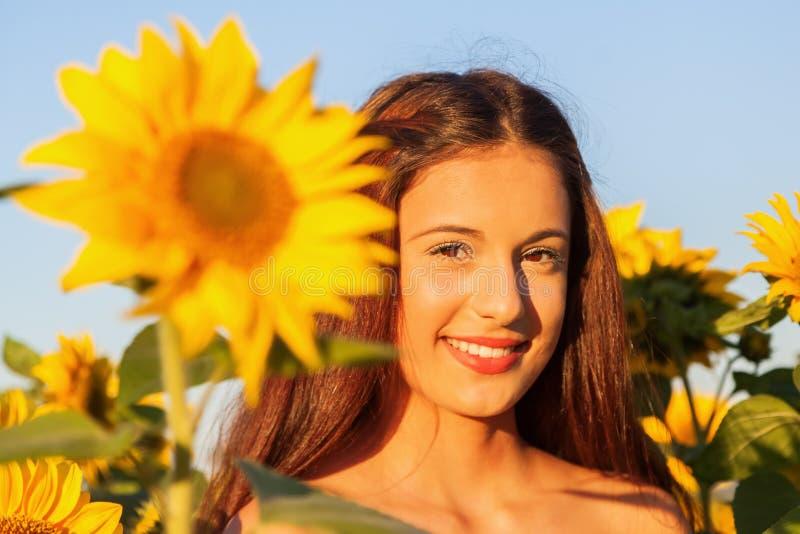 Ung flicka med solrosen royaltyfri foto