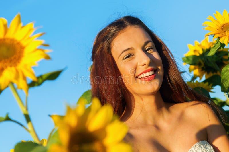Ung flicka med solrosen royaltyfria bilder