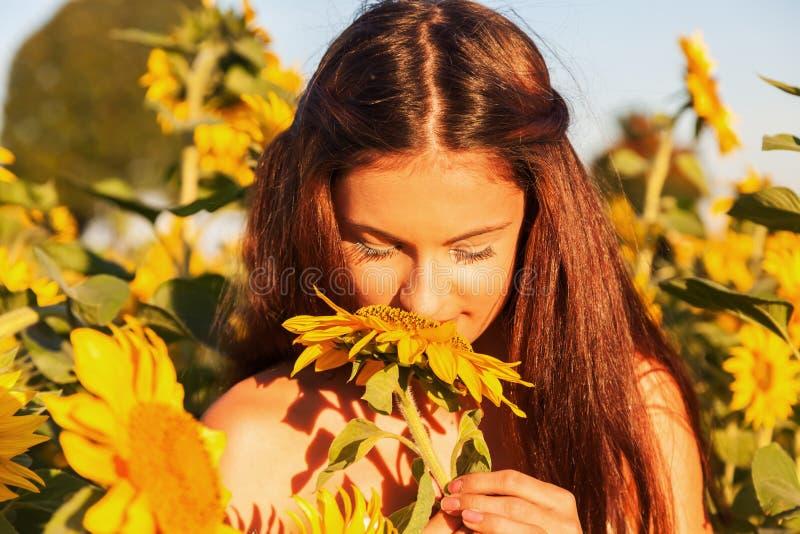 Ung flicka med solrosen royaltyfri fotografi