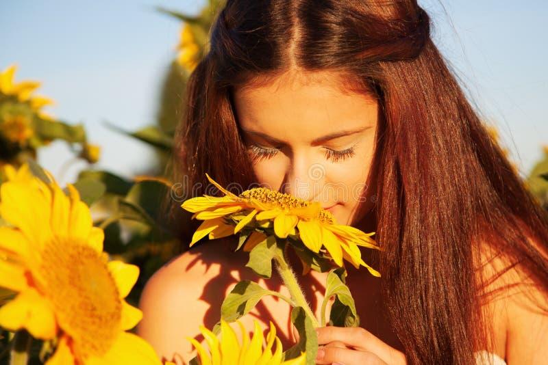 Ung flicka med solrosen royaltyfri bild