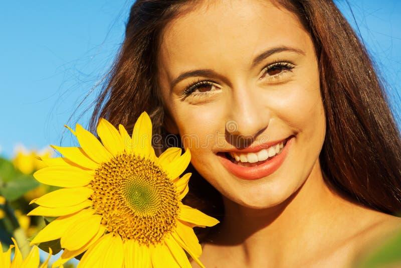 Ung flicka med solrosen arkivfoton