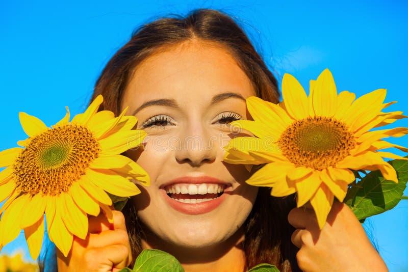 Ung flicka med solrosen arkivfoto