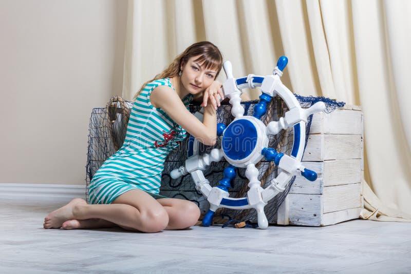 Ung flicka med styrninghjulet royaltyfri bild