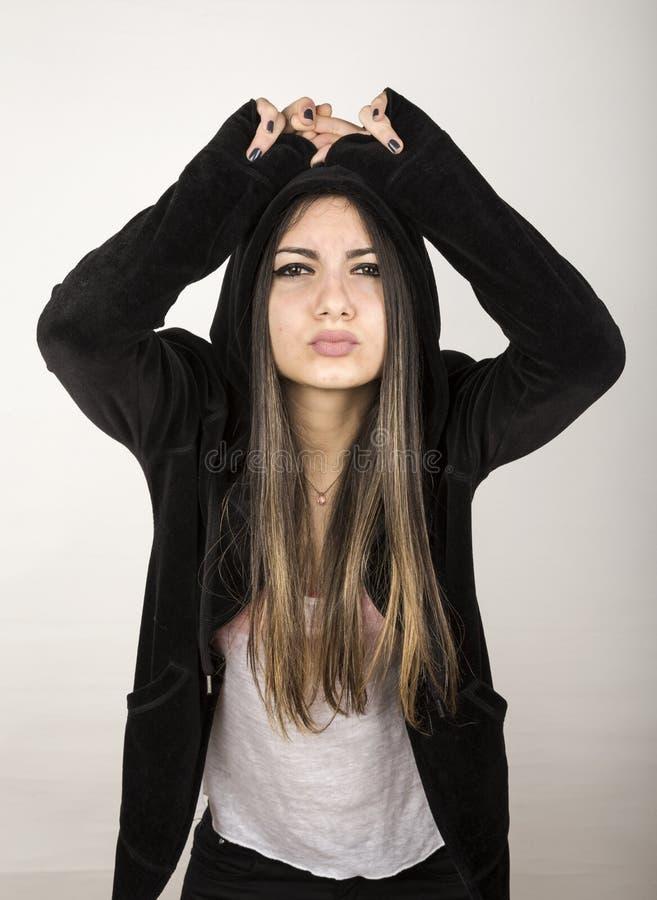 Ung flicka med svart med huva cardi royaltyfria foton