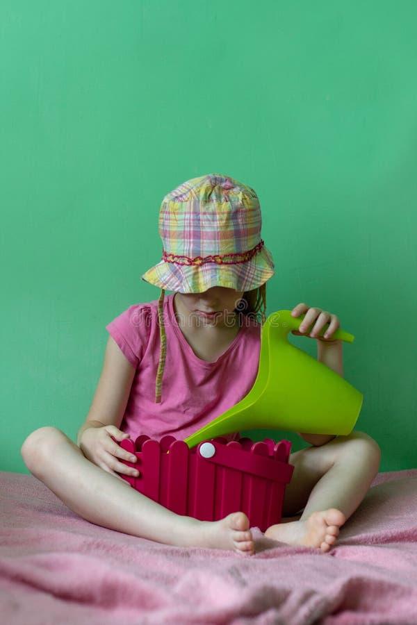 Ung flicka med trädgårdkrukan royaltyfri fotografi