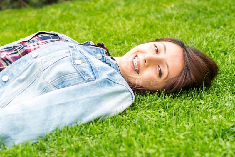 Ung flicka med utomhus- hänglsen royaltyfri bild