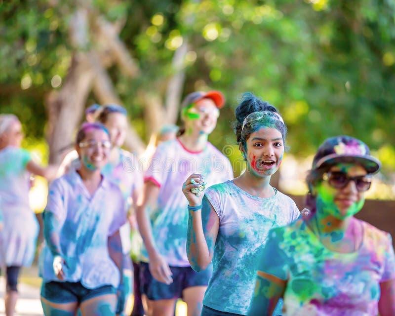 Ung flicka med vänner i rolig körning för färgfrenesi arkivbild