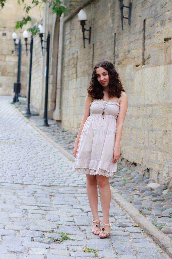 Ung flicka nära den gamla väggen arkivbilder