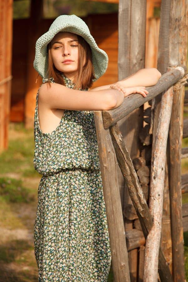 Ung flicka nära det wood staketet royaltyfria foton