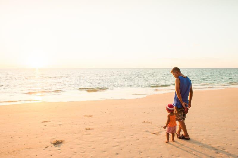 Ung flicka och fader som för första gången ser havet royaltyfri fotografi
