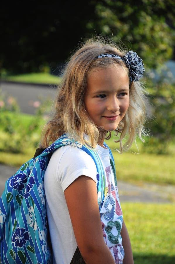 Ung flicka på den första dagen av skolan royaltyfria bilder