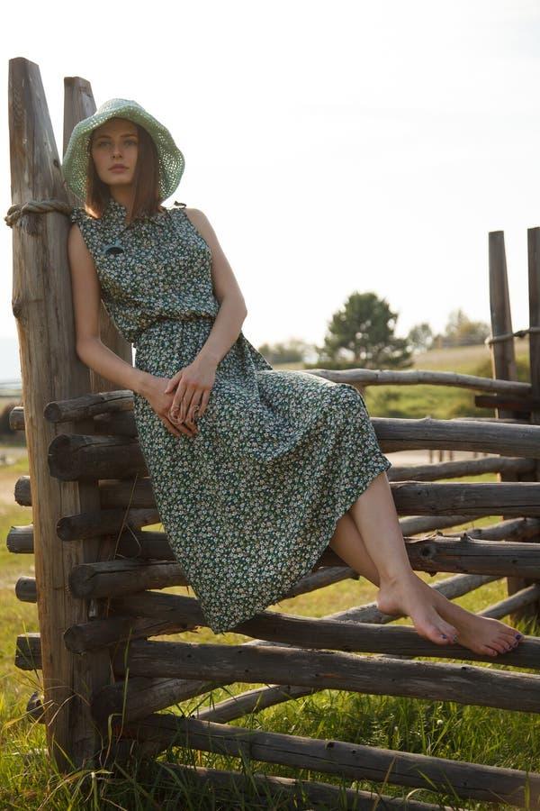 Ung flicka på det wood staketet arkivbilder