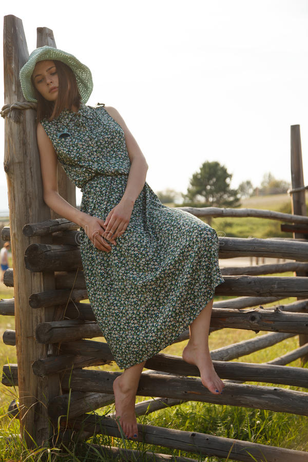 Ung flicka på det wood staketet royaltyfria bilder
