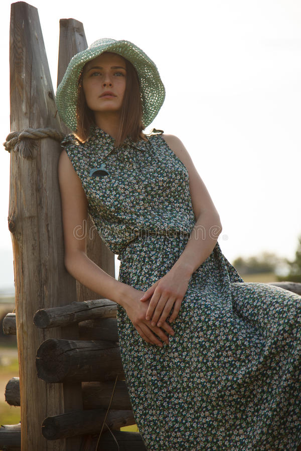 Ung flicka på det wood staketet fotografering för bildbyråer