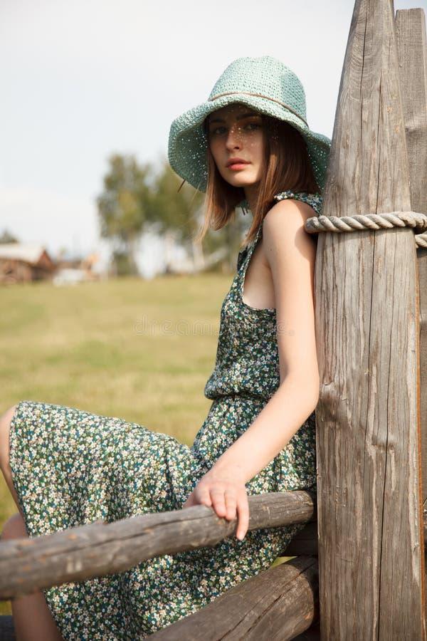 Ung flicka på det wood staketet royaltyfri fotografi