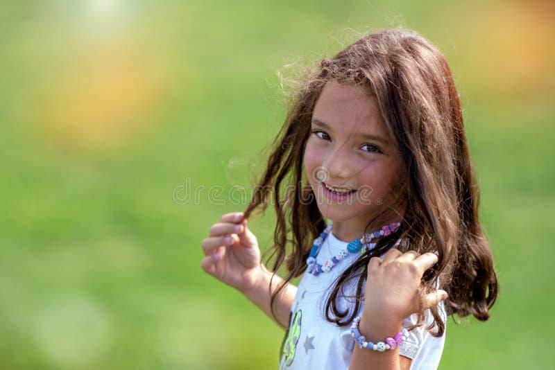 Ung flicka på en äng på en solig dag royaltyfria foton