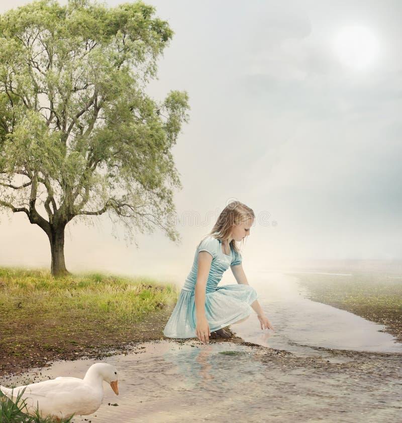 Ung flicka på en bäck arkivbild