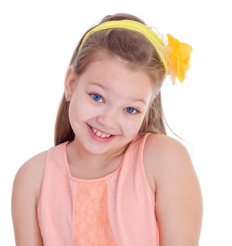 Ung flicka på en dagdrivare med ett exponeringsglas av fruktsaft. royaltyfria bilder