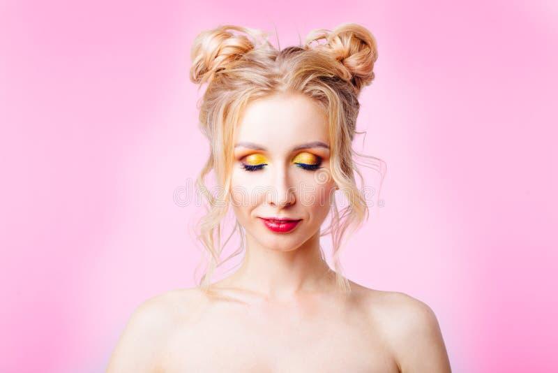 ung flicka på en rosa bakgrund royaltyfri fotografi