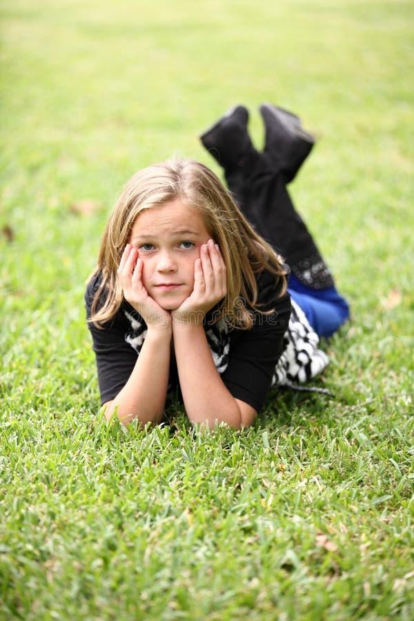 Ung flicka på gräset royaltyfri bild