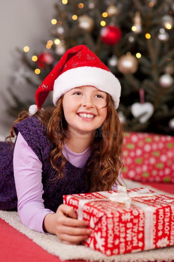 Ung flicka på julafton royaltyfria bilder