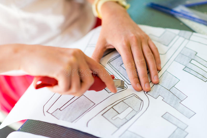Ung flicka på kursen av den arkitektoniska designen för barn - royaltyfria bilder