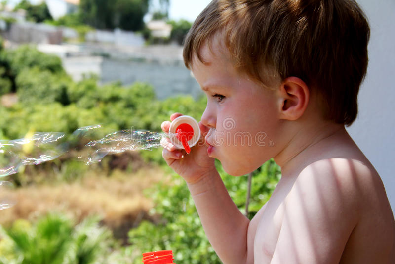 Ung flicka på poolsiden arkivbild