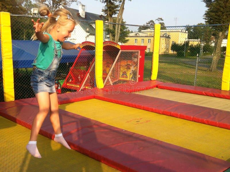 Ung flicka på trampolinen royaltyfria bilder