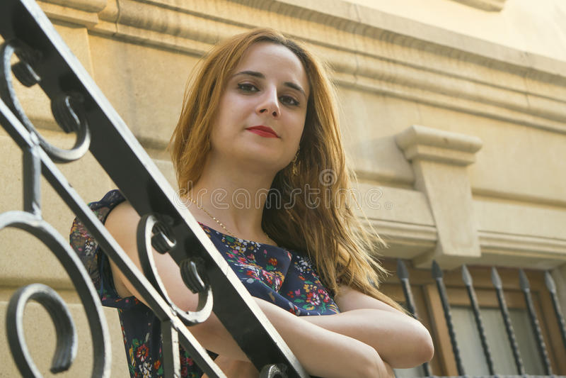 Ung flicka på trappan royaltyfria foton
