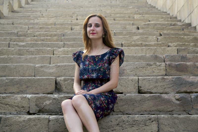 Ung flicka på trappan royaltyfria bilder