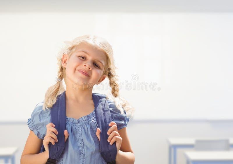 Ung flicka som är lycklig med påsen i klassrum royaltyfri fotografi