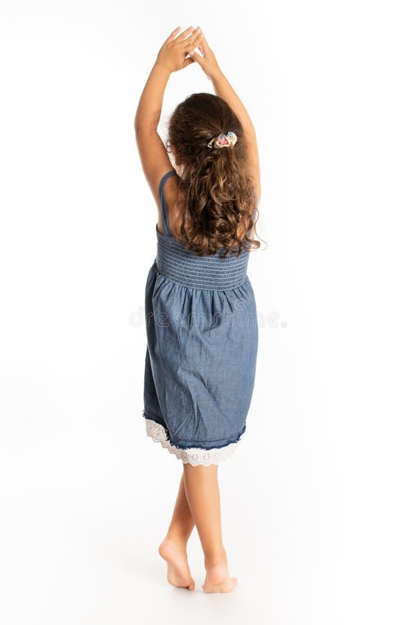 Ung flicka som bakifrån ses arkivfoton
