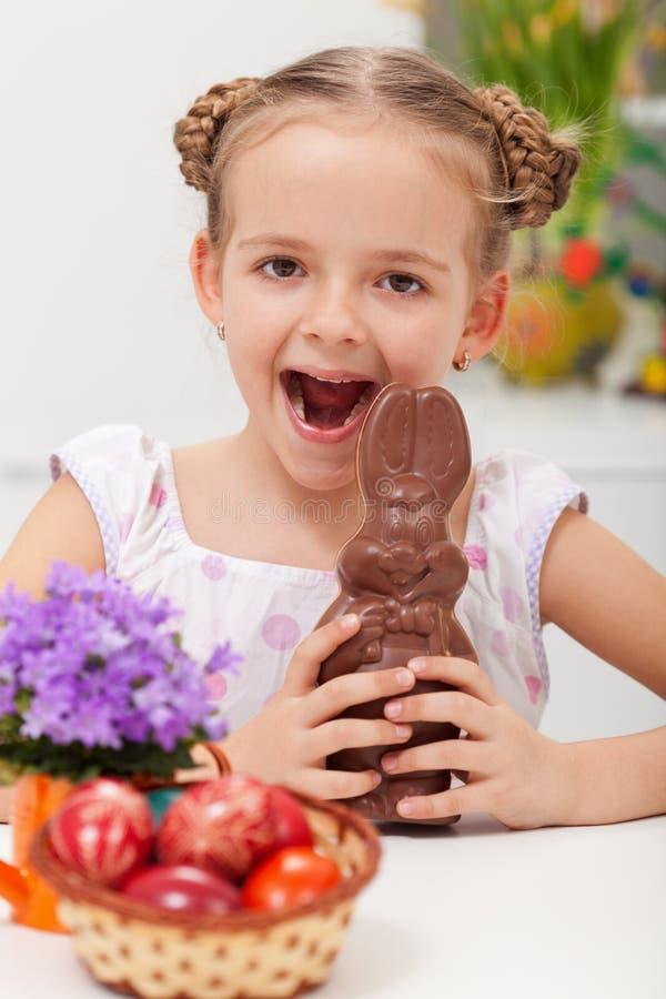 Ung flicka som firar easter arkivfoton