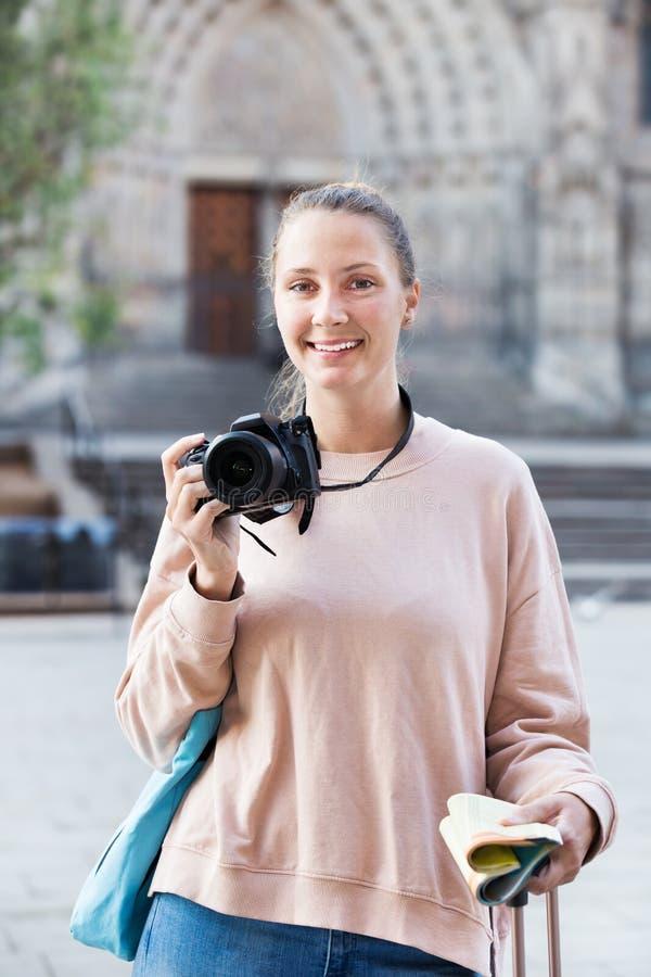 Ung flicka som fotograferar i staden royaltyfria bilder