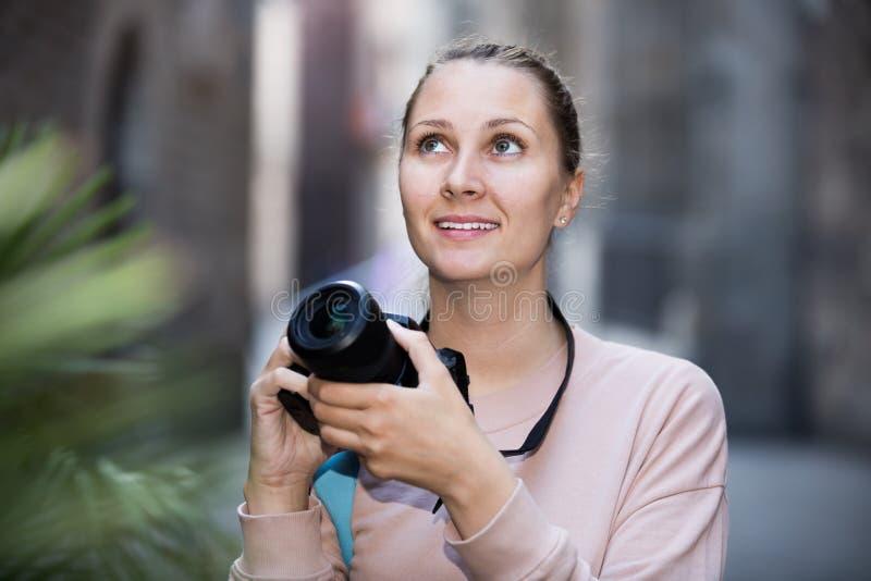 Ung flicka som fotograferar i staden royaltyfri bild