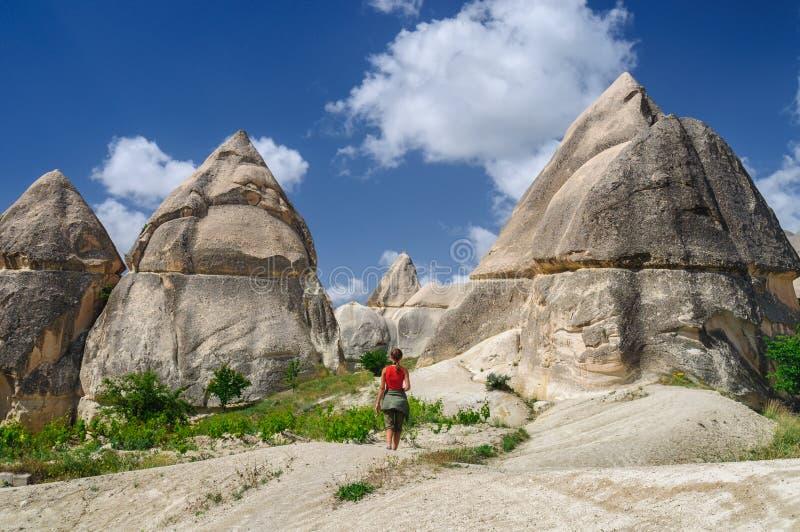 Ung flicka som går den förälskade dalen av Cappadocia royaltyfri foto
