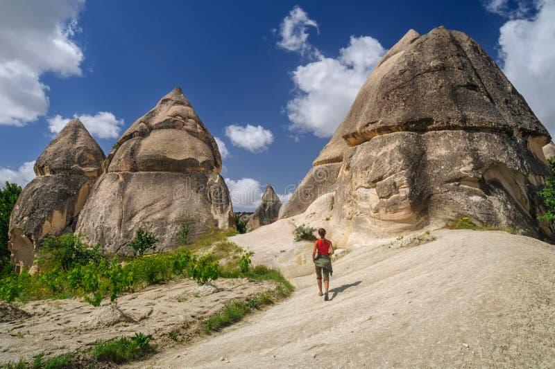 Ung flicka som går den förälskade dalen av Cappadocia arkivfoto