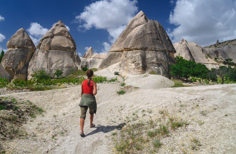 Ung flicka som går den förälskade dalen av Cappadocia royaltyfria foton