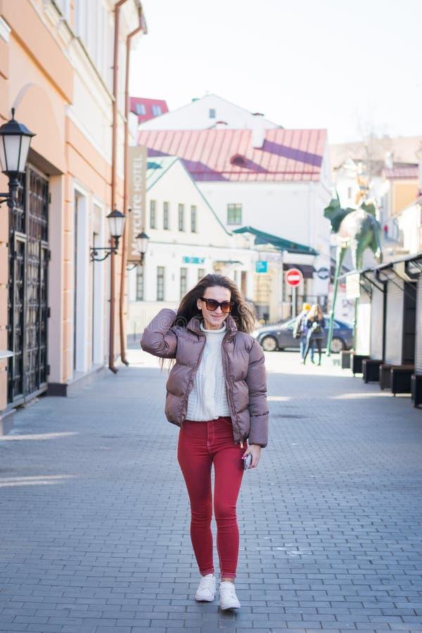 Ung flicka som går ner gatan i Minsk royaltyfri bild