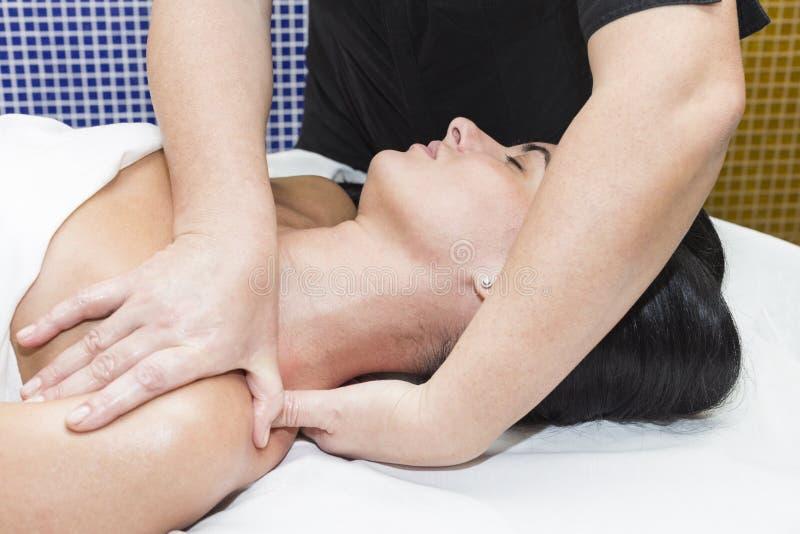 Ung flicka som gör en massage I royaltyfri fotografi