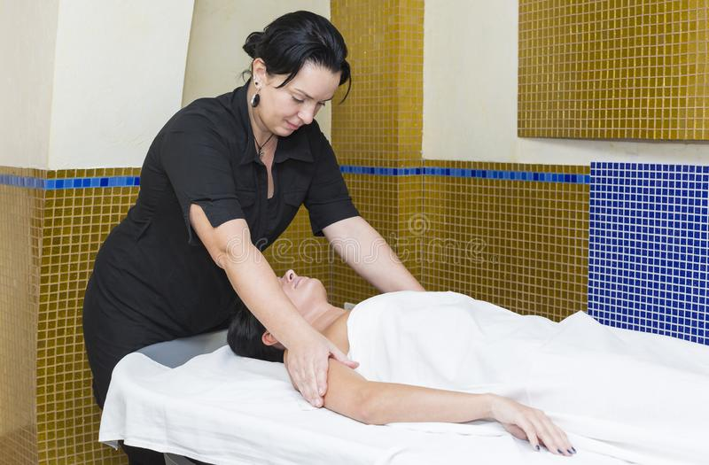 Ung flicka som gör en massage I arkivbild