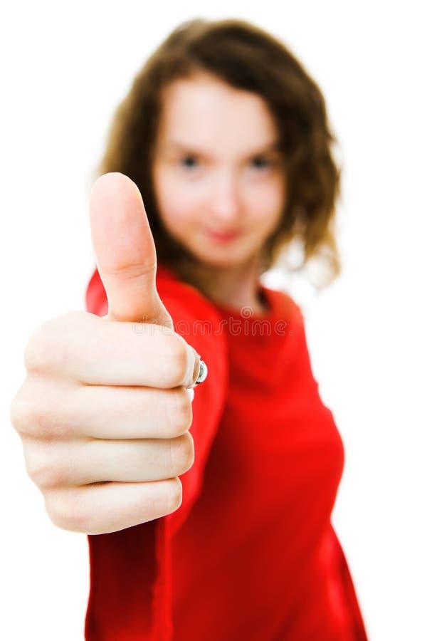 Ung flicka som ger duns upp - fokus på fingrar royaltyfri bild