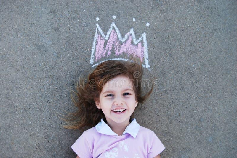 Ung flicka med dragen krita krönar royaltyfri bild