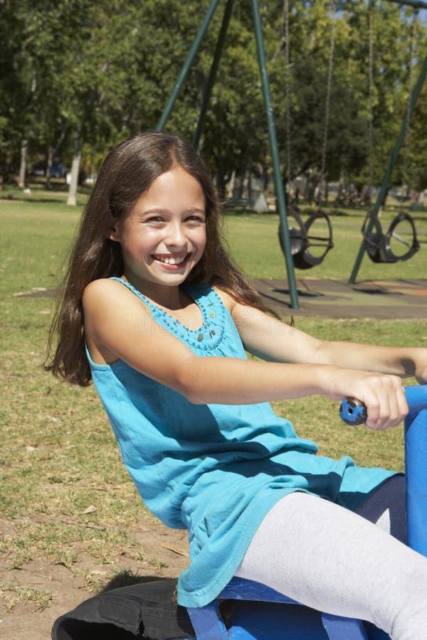 Ung flicka som har gyckel på gungbrädet royaltyfri foto