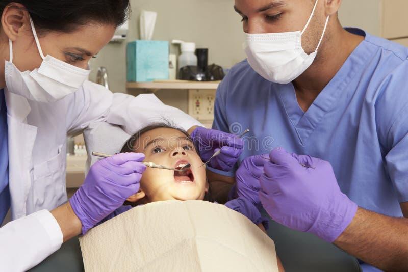 Ung flicka som har kontrollen upp på tandläkarekirurgi arkivfoto