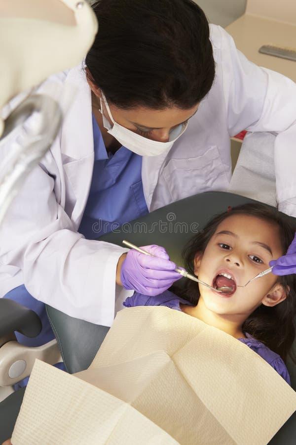 Ung flicka som har kontrollen upp på tandläkarekirurgi arkivfoton