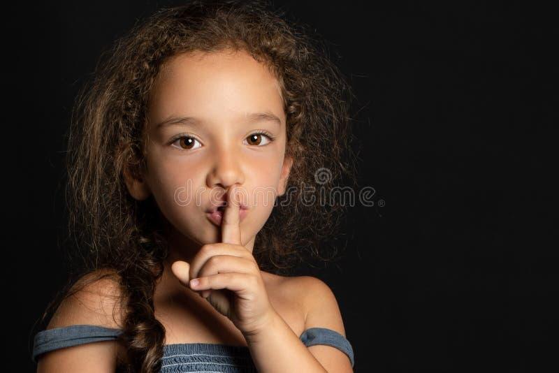 Ung flicka som inviterar för att tysta fotografering för bildbyråer