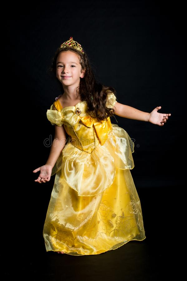 Ung flicka som kläs som en prinsessa royaltyfria bilder